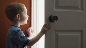 Как научить не открывать дверь посторонним?