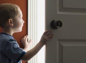 учимся не открывать дверь посторонним